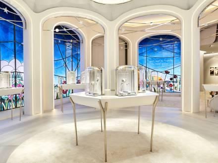 Vitraux civils, Création de vitraux pour (link: https://www.faire.archi/ text: l'agence d'architecture intérieure FAIRE) destinés à l'habillage du stand de Van Cleef & Arpels au Salon de la Haute Horlogerie à Genève, en 2018. Ces vitraux ont ensuite été présentés à la boutique Harrods de Londres., photographie : © Agence FAIRE