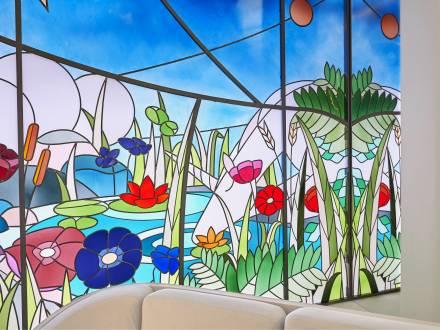 Original secular stained glass, Création de vitraux pour (link: https://www.faire.archi/ text: l'agence d'architecture intérieure FAIRE) destinés à l'habillage du stand de Van Cleef & Arpels au Salon de la Haute Horlogerie à Genève, en 2018. Ces vitraux ont ensuite été présentés à la boutique Harrods de Londres.
