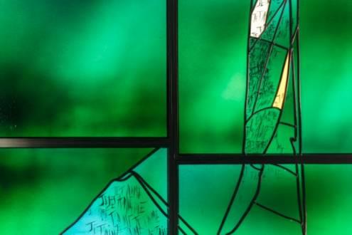 Vitraux civils, Mur-vitrail en plaques de verre soufflé à la bouche, créé pour la boutique de la chocolatier Patrick Roger, rue des archives à Paris, en 2018, par l'Atelier Simon-Marq., photographie : © Patrick Roger