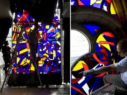 Vitraux religieux, Finalisation à l'atelier et pose du vitrail d'Imi Knoebel pour la chapelle de droite de la cathédrale de Reims, en 2011. Réalisation de l'Atelier Simon-Marq, photographie : © Atelier Simon-Marq © Adagp, Paris, 2021