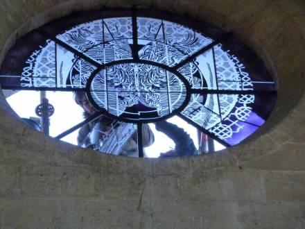 Religious stained glass, Pose de l'occlus de l'église Abbatiale de Saint-Jean aux bois de l'artiste François Rouan, en 2018. Réalisation de l'Atelier Simon-Marq., photographie : © Atelier Simon-Marq © Adagp, Paris, 2021